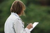 Kvinna med penna och papper