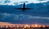 Flygplan ta av i skymningen