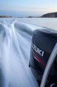 Motorbåt i full fart