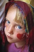 Utklädd flicka med hjärta på kinden