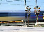 Tåg vid järnvägsövergång