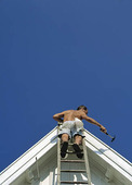 Man snickrar på taknock