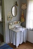 Tvättställ och spegel
