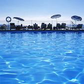 Turister vid swimmingpool