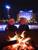 Barn vid brasa i Bältesspännarparken, Göteborg
