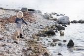 Barn vid strand