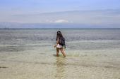 Kvinna vandrar vid havet, Filippinerna