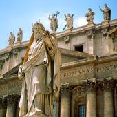 Staty utanför Peterskyrkan i Rom, Italien
