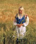 Flicka med finsk folkdräkt