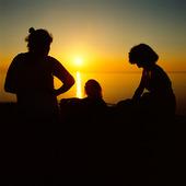 Kvinnor i solnedgång vid havet