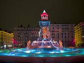 Belyst fontän i Lyon, Frankrike