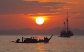 Båtar i solnedgång, Thailand