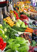 Färska grönsaker på marknad