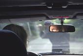 Arg man framför bil