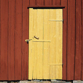 Gul dörr på rött uthus