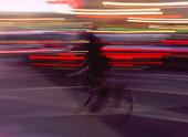 Cyklist i kvällstrafik