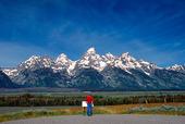 Människa vid utsikt av  Grand Teton, USA