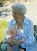 Äldre kvinna och baby