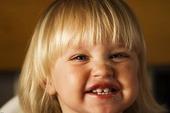 Flicka visar sina nya tänder