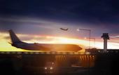 Flygplats med trafikflygplan i skymning