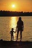 Mor och barn i solnedgång