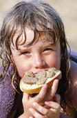 Flicka med smörgås