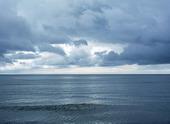 Hav med molnig himmel
