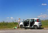 Kvinna vid bil