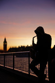 Saxofonspelare på South Bank i London, Storbritannien