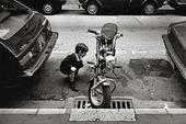 Pojke som tittar på motorcykel