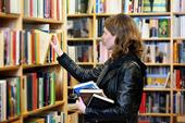 Student i ett bibliotek