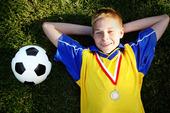 Pojke med fotboll och medalj