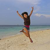 Kvinna hoppar på en strand, Filippinerna