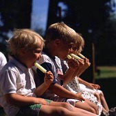 Barn äter glass