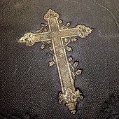 Kors på bibel
