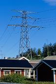 Kraftledning över villaområde