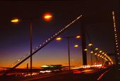 Kvällstrafik över bro