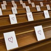 Bröllopshäften med hjärta i kyrka