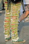 Flicka med punk-byxor