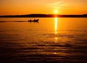 Motorbåt i solnedgång