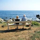 Äldre par vid havet