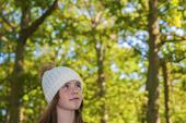 Flicka i skog
