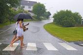 Tjejer i regnväder