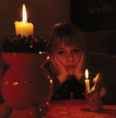 Flicka vid julljus