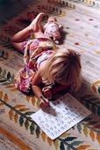 Flicka skriver