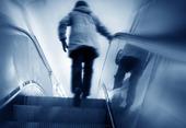 Kvinna i rulltrappa