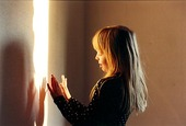 Flicka leker med ljuset