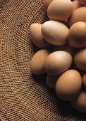 Bruna ägg i korg