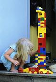 Flicka som leker med byggklotsar