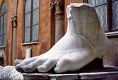 Skulptur av fot i Rom, Italien